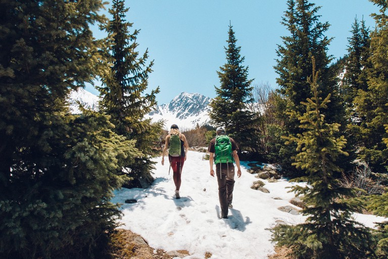 Couples who hike together stay together | © Holly Mandarich / Unsplash