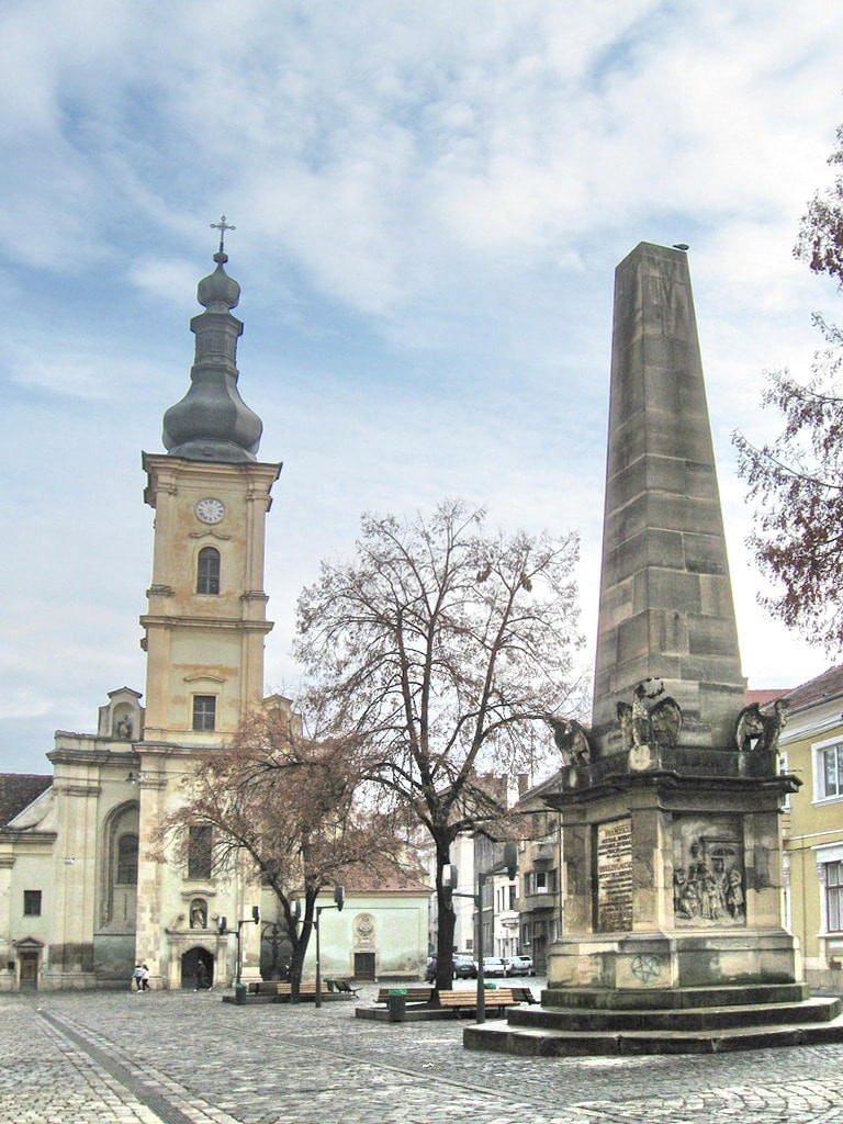 Obeliscul_Carolina_si_Biserica_franciscana
