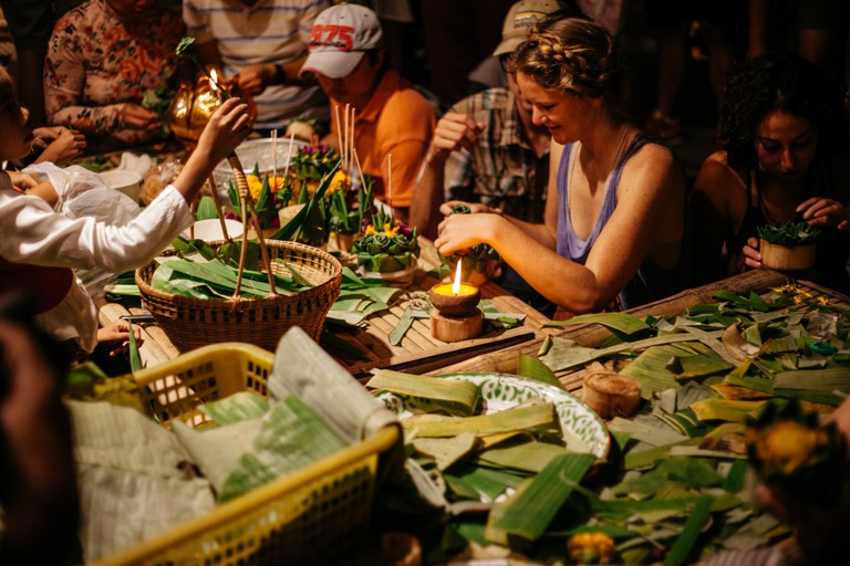 Locals and foreigners make 'krathong' together | Gioia Emidi / © Culture Trip