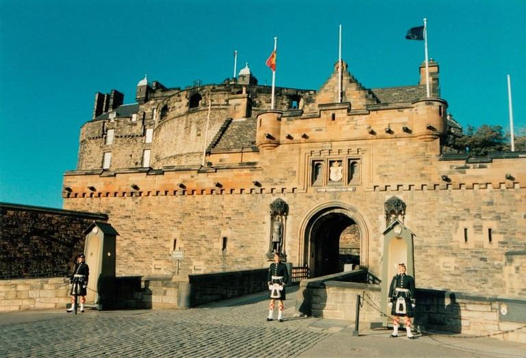 Sentries at Edinburgh Castle Gatehouse   © Kim Raynor / WikiCommons