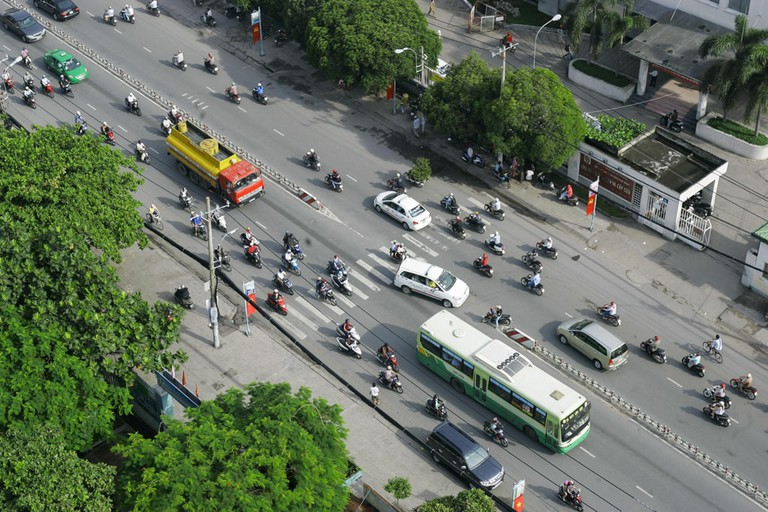 Big gaps in front of the buses and trucks | © Kieu images/shutterstock