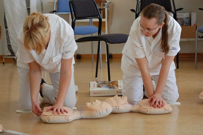 Studenter_övar_hjärt-_och_lungräddning
