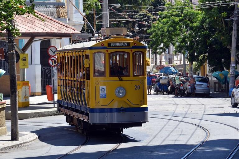 28122015 - Bonde de Santa Tersa entra em operação no largo dos Guimarães.