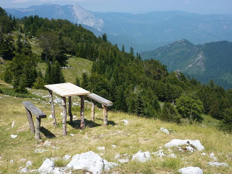 1024px-A_table_in_Sutjeska_National_Park_(7901973184)