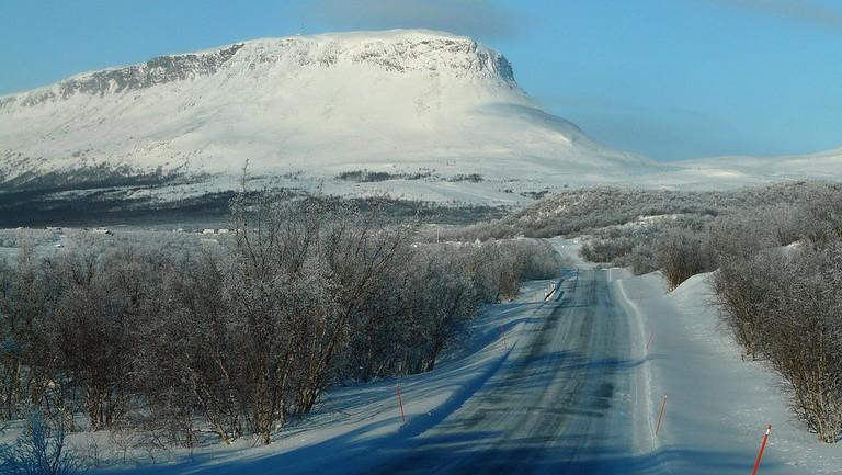 1024px-Finnish_national_road_21_&_Saana,_Ala-Kilpisjärvi_-tele