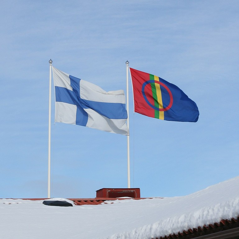 1024px-Sami_and_Finnish_flags_flying_in_Hetta