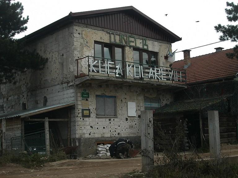 1024px-Sarajevo_tunnel_museum