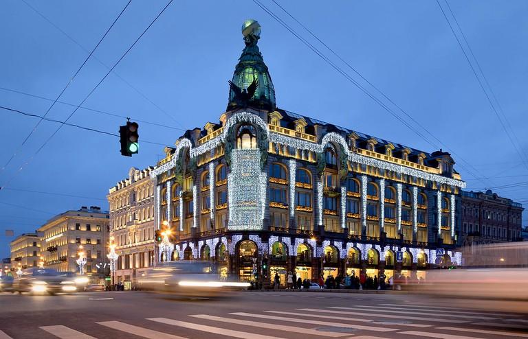 1200px-Singer_House_in_Saint_Petersburg_at_Night
