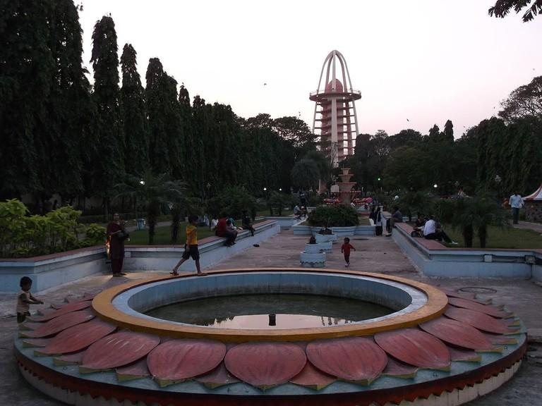 1280px-Anna_Nagar_Tower_Park_From_Entrance_20Jan2013