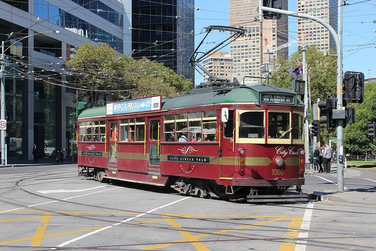 1280px-W6_1000_turning_from_Nicholson_St_into_Victoria_Pde_on_the_City_Circle,_2013_(close)