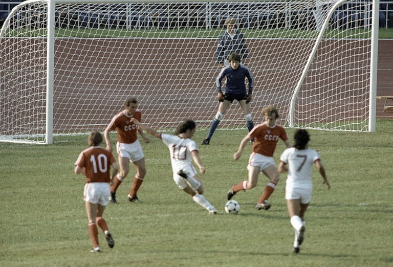 800px-RIAN_archive_103489_The_USSR_and_Venezuelan_soccer_teams_during_the_XXII_Olympic_Games