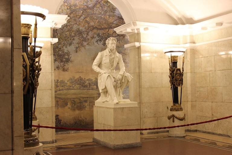 building-metro-statue-museum-entrance-station-543370-pxhere.com