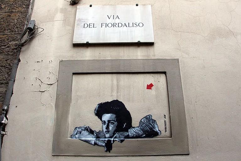 Graffito_camera_con_vista,_via_del_fiordaliso,_firenze
