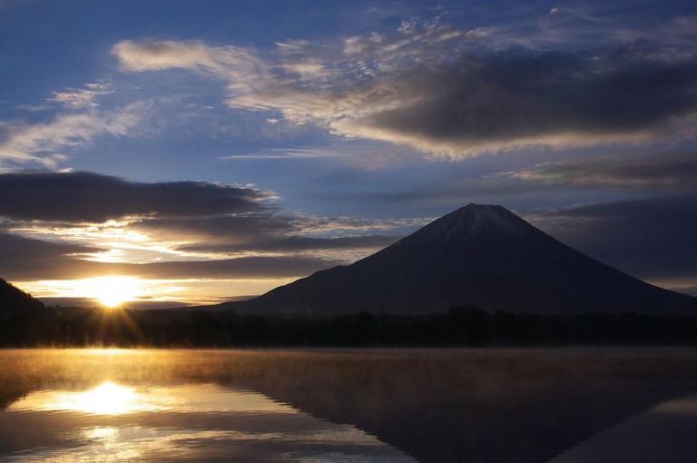 Mt.Fuji_and_Lake_Shojiko_at_sunrise