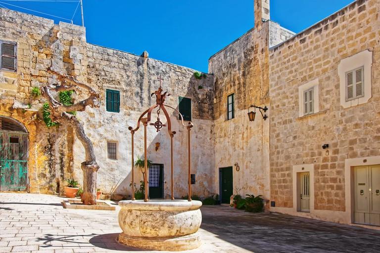 Well at Misrah Mesquita square in Mdina, Malta   © Roman Babakin/Shutterstock
