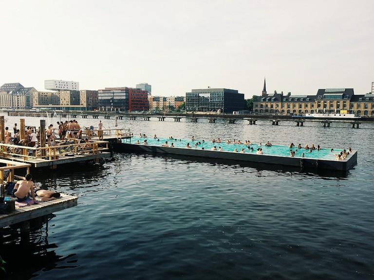 swimming-pool-377355_1280