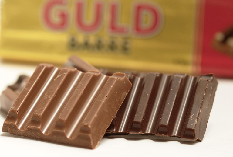 Toms_Guldbarre_Chocolate_Bar_In_Pieces