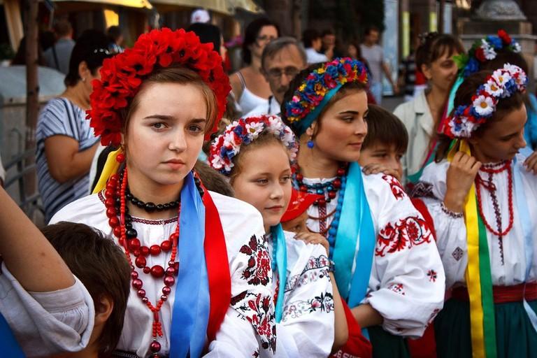 Ukrainian_girls_wearing floral wreath