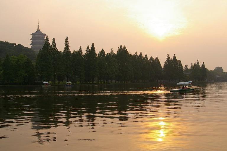1024px-20090524_Hangzhou_West_Lake_7575