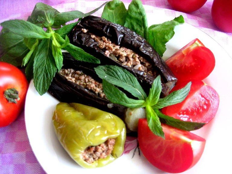 Aubergine and Pepper Dolma found on menus during the summer | © Irada/WikiCommons