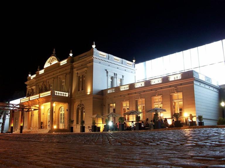 1200px-Forum_Santiago_del_Estero_2