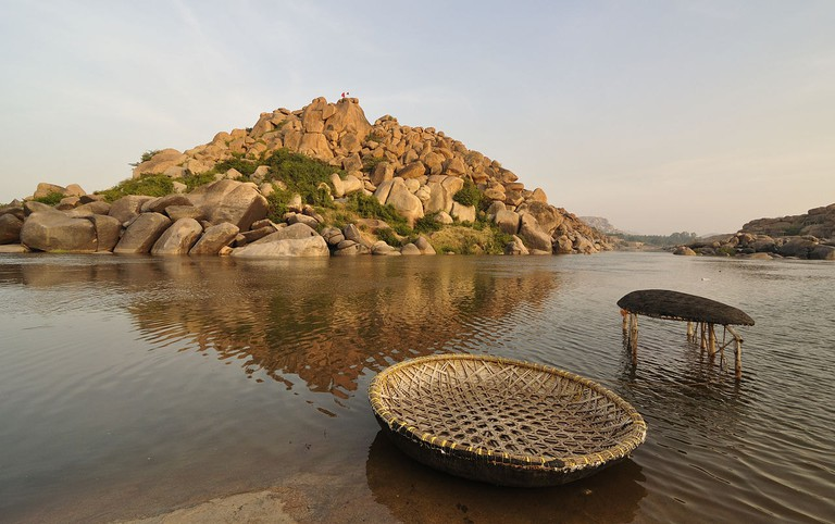 1280px-Two_Coracles_and_Tungabhadra_River