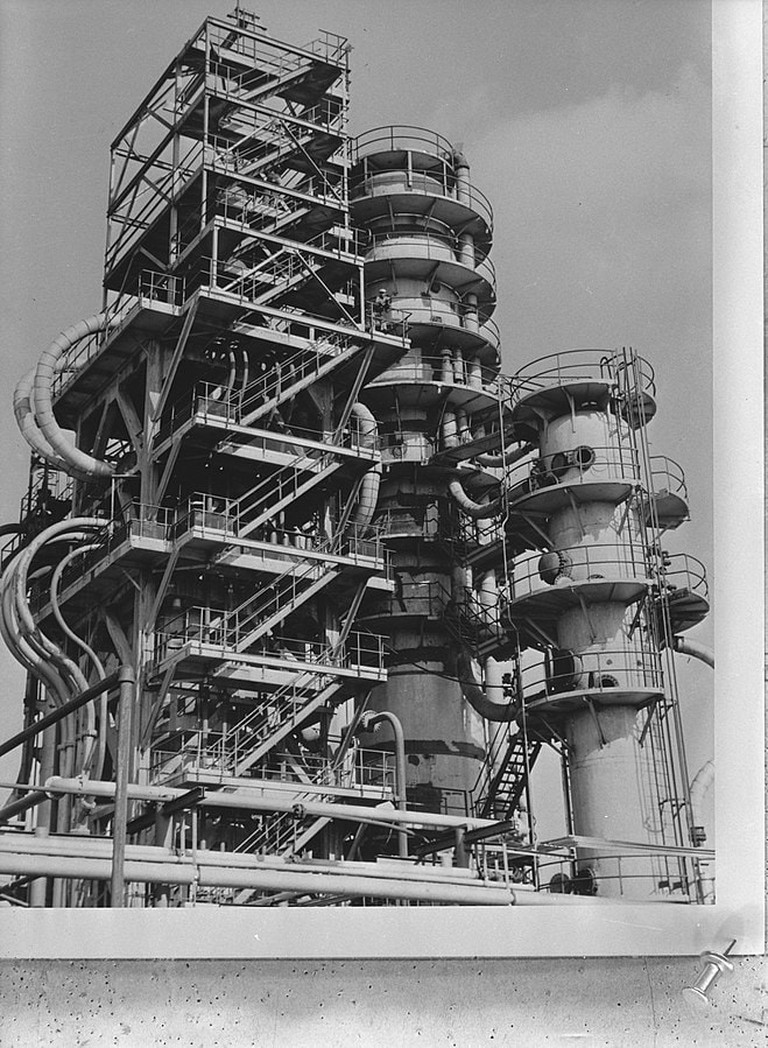 659px-Curacao,_Dutch_West_Indies,_Oil_refineries,_Towers_of_cracking_plant,_C.P.I.M._,_Bestanddeelnr_935-1480
