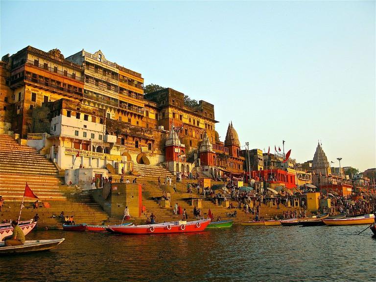 Ahilya_Ghat_by_the_Ganges,_Varanasi