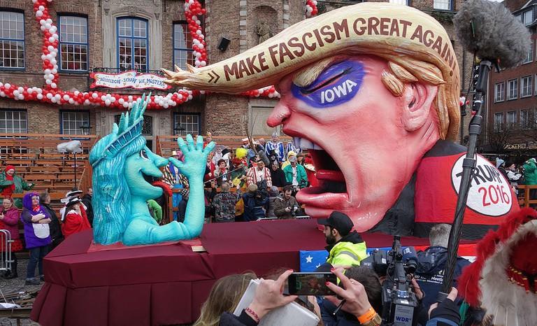 Düsseldorf,_Rosenmontag_2016,_politische_Karnevalswagen_(05)