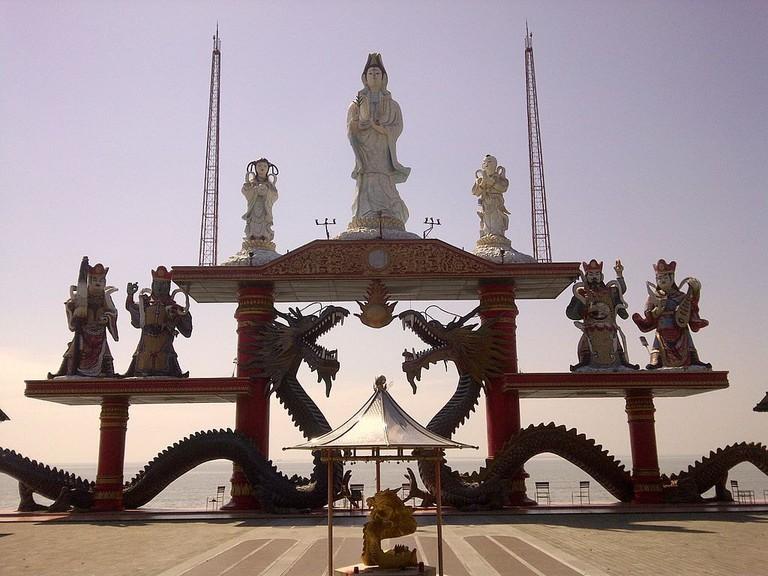 Guan_She_Yin_statue_of_Sanggar_Agung_Temple,_Surabaya-Indonesia