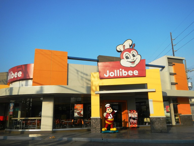 Jollibee_restaurant_in_Baliuag_near_highway