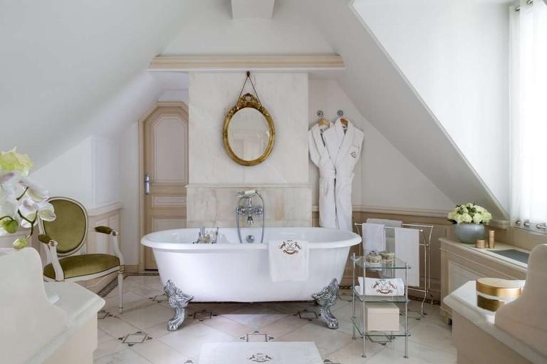 le-meurice-suite-628-bathroom--guillaume-de-laubier-min-1024x681