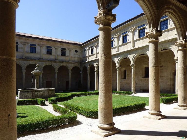 Mosteiro_de_San_Clodio,_Leiro-Claustro1_(15368849000)