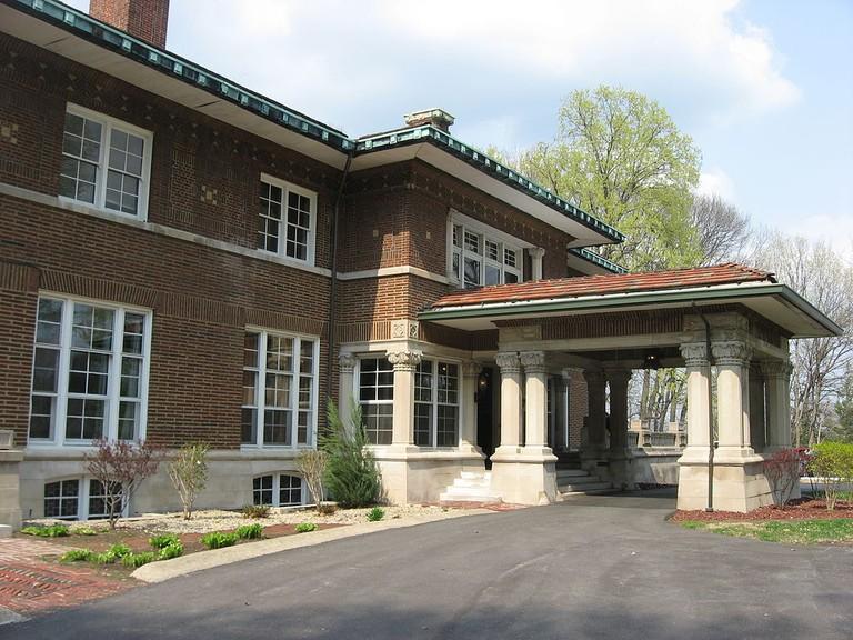 1024px-Allison_Mansion_entrance
