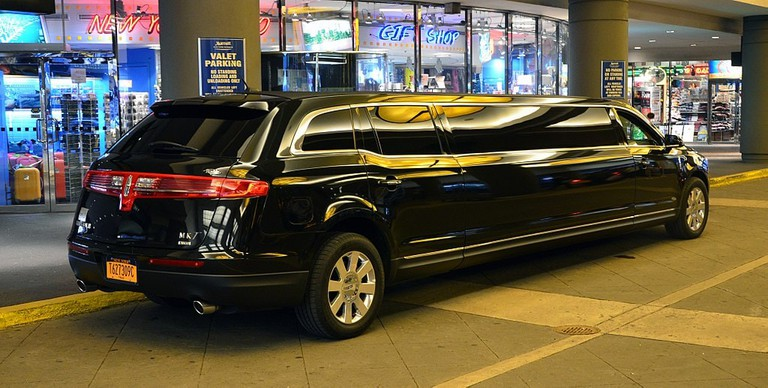 1024px-Lincoln_MKT_limo