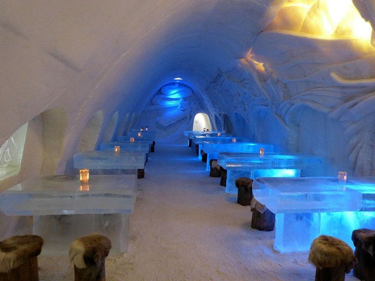1024px-LumiLinna_SnowCastle_2012,_restaurant_area_2