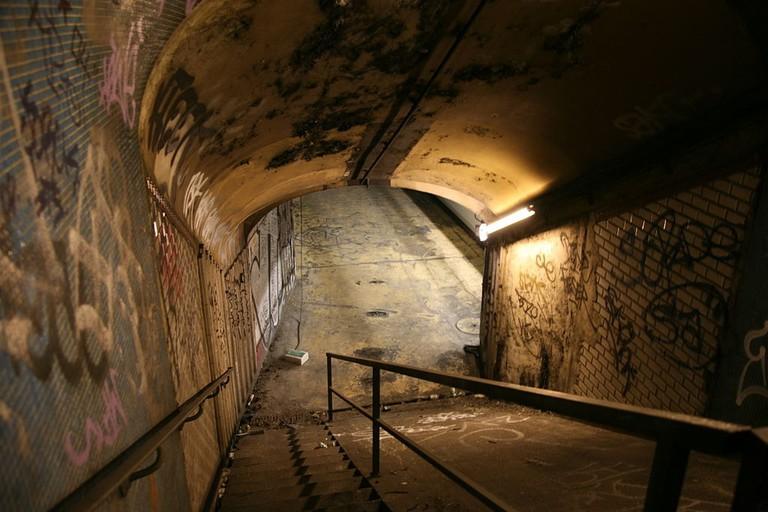 1024px-Paris,_RATP_station___Croix_Rouge___installation___X_,_lenfer_de_la_BnF___par_L._Ungerer_C-Album_nuit_du_15_déc._2007_(4879181549) (1)
