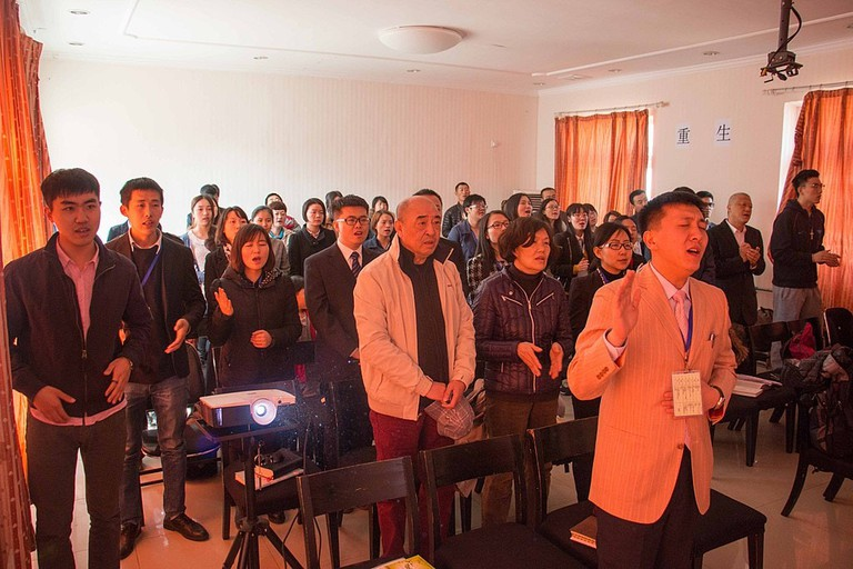 1024px-People_singing_chant