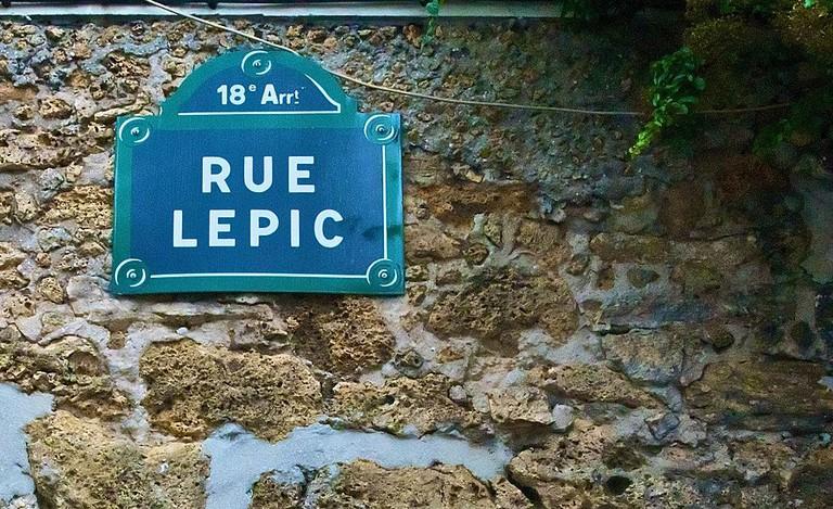 1024px-Rue_Lepic,_Paris_18