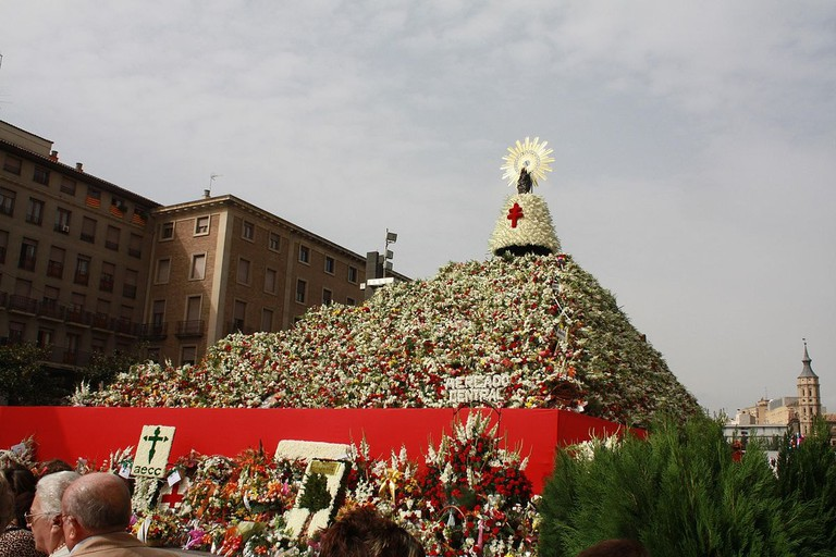 1200px-Ofrenda_Floral_a_la_Virgen_del_Pilar