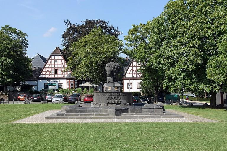 1280px-Weinbrunnen_07_Koblenz_2014