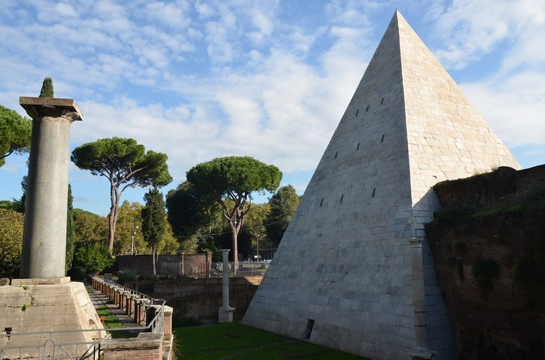 The Pyramid of Cestius as seen from the Protestant Cemetery | © Carole Raddato/Flickr