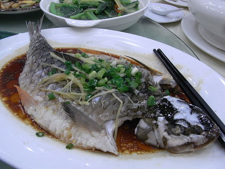 640px-SZ_Shenzhen_Tour_Lunch_time_深圳遊_Aug-2010_restaurant_food_蒸魚_steamed_fish