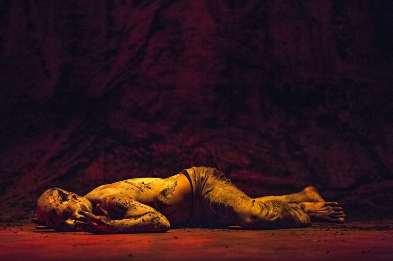 Akram Khan in 'XENOS' | © Jean Louis Fernandez