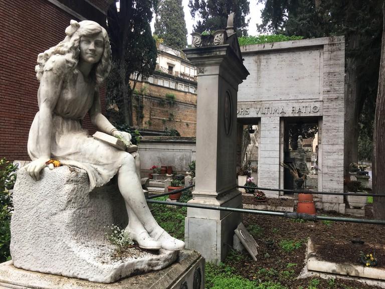 A funerary statue at Campo Verano | © Emma Law