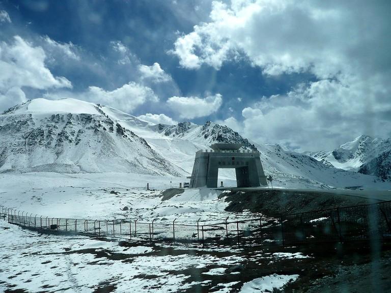 Chinese_border_gate_Khunjerab_pass