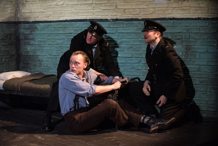 Gilles Geary as the doomed convict Hennessy, with David Lansbury and Billy Carter as prison wardens in 'Hangmen' | © Ahron R. Foster