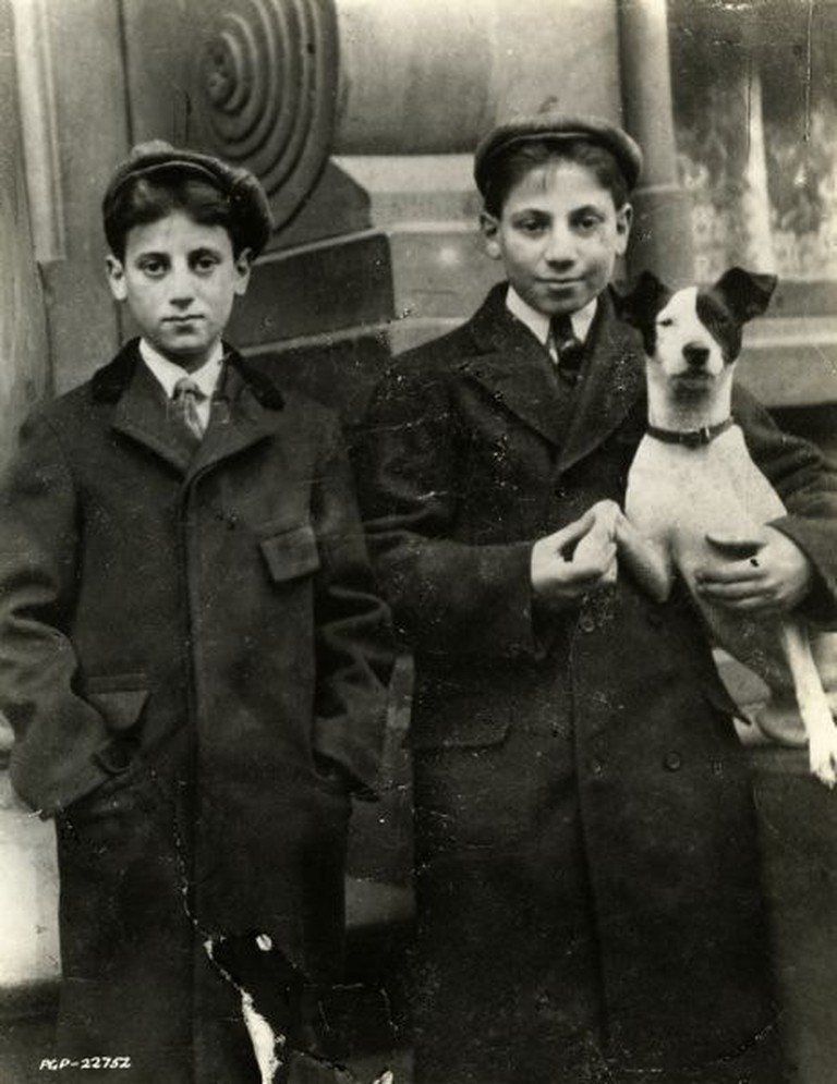Julius (Groucho) and Adolph (Harpo) Marx when they were 12 and 14 respectively in 1902 | © WikiCommons