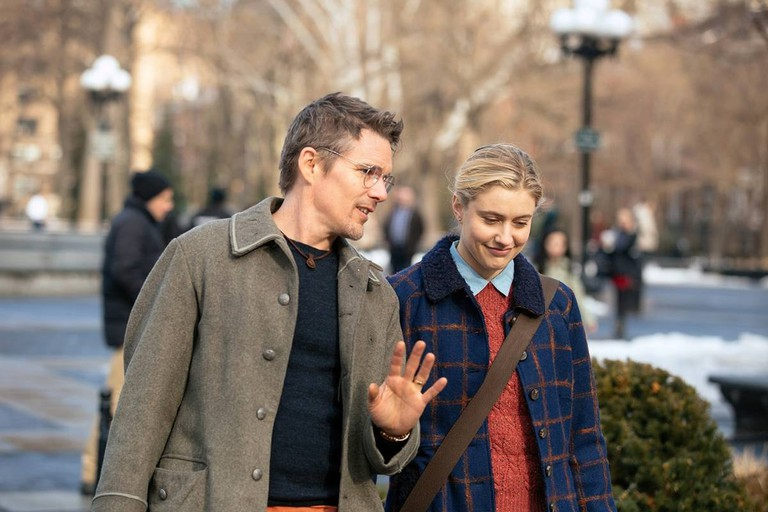Ethan Hawke and Greta Gerwig in Washington Square Park in 'Maggie's Plan' | © Sony Pictures Classics