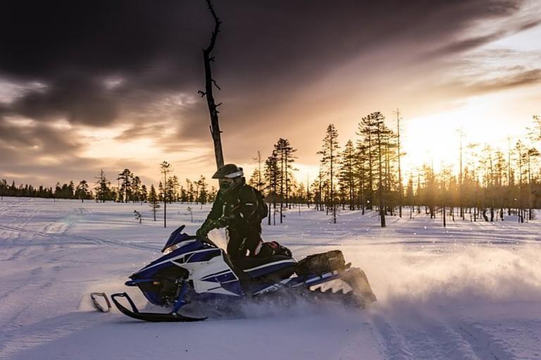snowmobiles-2035500_640